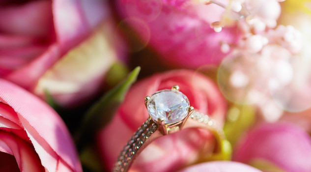 Un anello in un bouquet di rose. ph. elihayat iStock.