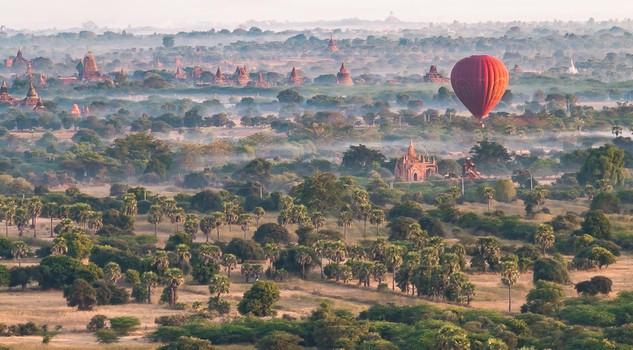 Mongolfiere in volo su Bagan in Birmania foto di Nicoletta Diamanti