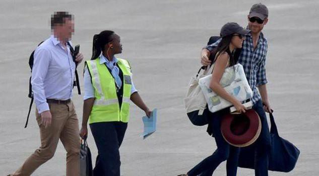 La foto pubblicata da The Sun con il principe Harry d'Inghilterra e la fidanzata Meghan Markle in Africa per il 36/mo compleanno dell'attrice. In questa occasione avrebbero deciso di sposarsi