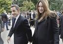Il presidente francese Nicolas Sarkozy e la moglie Carla Bruni hanno accolto questa mattina i numerosi visitatori giunti alla scoperta del palazzo presidenziale dell'Eliseo aperto al pubblico in occasione delle giornate del Patrimonio