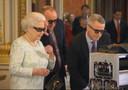 La regina con occhiali 3D spopola su web
