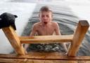 Bagno nell'acqua ghiacciata, sfidando le temperature polari, per l'Epifania ortodossa a Minsk, in Bielorussia.