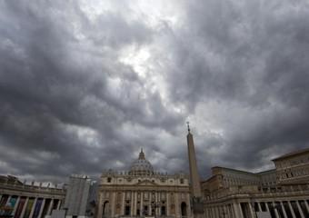 Piazza San Pietro sotto un cielo nuvoloso
