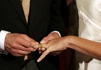 Lo scambio degli anelli nuziali durante un matrimonio (ANSA)