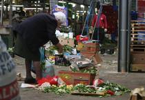 Poveri a Roma in un mercato rionale (ANSA)