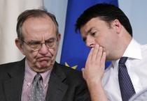 Il premier Matteo Renzi con il ministro dell'Economia, Pier Carlo Padoan (ANSA)