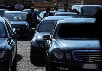 Un parcheggio con auto blu (ANSA)