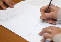 Un momento dell'atto della firma della richiesta di acquisto di Buoni Ordinari del Tesoro (archivio) (ANSA)