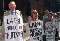 Marco Pannella in una protesta contro il finanziamento ai partiti (ANSA)