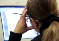 Una impiegata lavora al computer (ANSA)