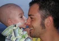 L'immagine con cui Ieri sera, su Facebook, Mauro Zaratta ha annunciato la morte del figlio Lorenzo,  il bimbo di Taranto a cui fu diagnosticato a soli tre mesi dalla nascita un tumore al cervello (ANSA)