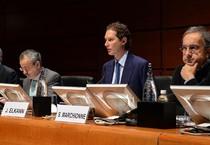 John Elkann (2/o da d) e Sergio Marchionne (1/o da d) durante l'assemblea degli azionisti Fiat al Lingotto, 1 agosto 2014 (ANSA)