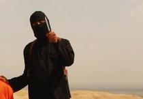 Un'immagine che ritrae un tagliagole dell'Isis in uno dei video diffusi diversi mesi fa (ANSA)