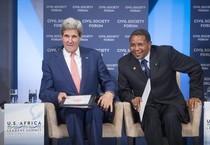 Il segretario di Stato statunitense John Kerry (s) col presidente della Tanzania Jakaya Kikwete (ANSA)