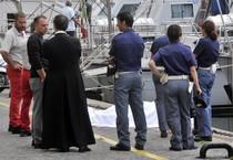Giallo a Livorno, cadavere in mare: è vestito da prete (ANSA)
