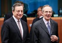 Il presidente della Bce Mario Draghi e il ministro dell'Economia e italiano Pier Carlo Padoan (ANSA)