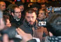 Walter Rizzetto, contestato da alcuni militanti del M5S al suo arrivo alla sede del PD - FOTO DI ALESSANDRO DI MEO (ANSA)