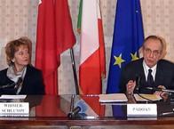 Il ministro dell'Economia, Pier Carlo Padoan, e il consigliere federale Widmer Schulumps (ANSA)