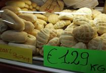 Del pane in vendita in una panetteria a Torino, in una foto d'archivio (ANSA)