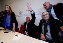 Vincenzo De Luca festeggia la vittoria nella sede regionale del Pd a Napoli (ANSA)