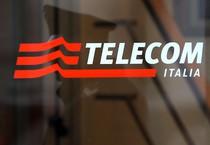 Il logo all'ingresso della sede di Telecom Italia in piazza Affari a Milano (ANSA)