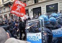 ++ Lega: 'Mai con Salvini', scontri antagonisti-polizia ++ (ANSA)