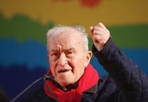 Pietro Ingrao durante i lavori dell'Assemblea Arcobaleno alla fiera di Roma nel 2007 (ANSA)