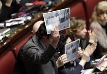 Deputati M5S mostrano un disegno di un bambino del rione Tamburi di Taranto (ANSA)