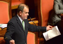 Roberto Calderoli protesta in Aula (ANSA)