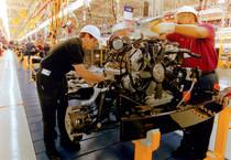 Operai al lavoro in fabbrica (ANSA)