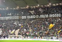 Gli striscioni del tifo organizzato nella curva sud della Juventus appesi alle balaustre al contrario durante Fiorentina-Juventus di ieri per protesta (ANSA)