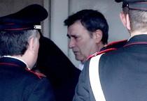 Claudio Giardiello (al centro con camicia bianca) alla stazione dei Carabinieri di Vimercate (ANSA)