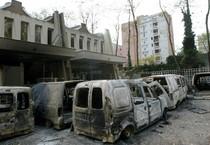 Automobili date alle fiamme a Clichy-Sous-Bois, nella periferia parigina, il 28 ottobre 2005 (ANSA)