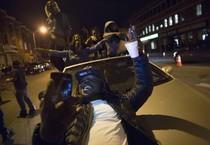 Festeggiamenti nella notte a Baltimora per l'incriminazione di sei poliziotti (ANSA)