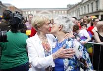 La senatrice irlandese Katherine Zappone e la sua compagna Louise Gilligan celebrano il risultato del referendum sui matrimoni gay (ANSA)