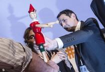 I precari della p.a. consegnano un pinocchio al ministro Madia (ANSA)