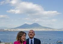 Il ministro delle Riforme Maria Elena Boschi con il candidato del centrosinistra alla presidenza della Regione Campania, Vincenzo De Luca (ANSA)