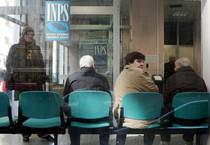 Anziani in attesa in un ufficio (ANSA)