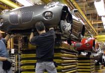 Nell'immagine d'archivio, un operaio anziano collabora con un giovane apprendista in una fabbrica di automobili (ANSA)