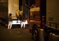 Migranti all'assalto del tunnel della Manica a Calais (ANSA)