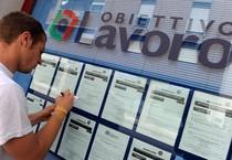 Un ragazzo davanti a una agenzia interinale, in una foto del 31 maggio (ANSA)