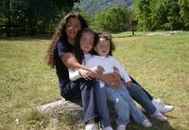 Rosanna Prete con le figlie Martina e Giada in una foto tratta dal profilo Facebook della donna (ANSA)