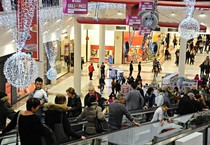 Natale: shopping in un centro commerciale (ANSA)