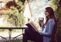 Una donna si rilassa leggendo foto Martin Dimitrov iStock. (ANSA)