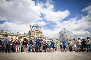 Visitatori in fila davanti al Louvre (ANSA)
