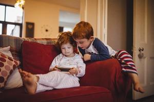 Due bimbi alle prese con un videogioco (ANSA)