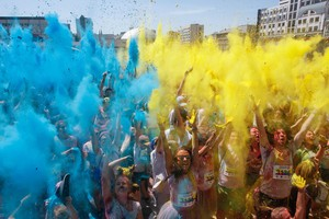 La Color Run nel centro di Kiev in Ucraina (ANSA)