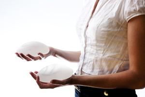 Due differenti tipi di protesi al seno (ANSA)