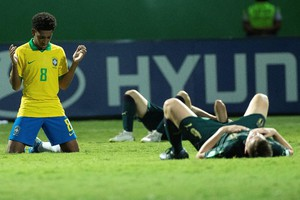 EPA07989649 TALLES COSTA (L) OF BRAZIL PRAYS AFTER DEFEATING ITALY DURING THE WORLD CUP U-17 QUARTER FINALS SOCCER MATCH BETWEEN BRAZIL AND ITALY, AT THE OLIMPICO STADIUM IN GOIANIA, BRAZIL, 11 NOVEMBER 2019.  EPA/JOEDSON ALVES (ANSA)