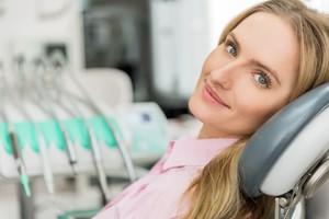 Una donna in uno studio dentistico (ANSA)